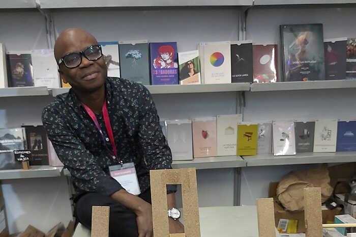 """""""El acceso a los libros desde muy  joven cambió radicalmente mi vida"""": Edem Awumey    La Crónica de Hoy"""